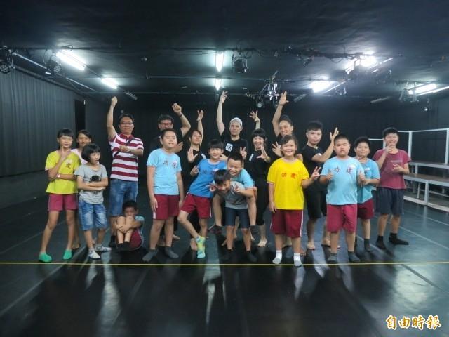 EX-亞洲劇團演員與建功國小學生交流。 (EX-亞洲劇團提供)