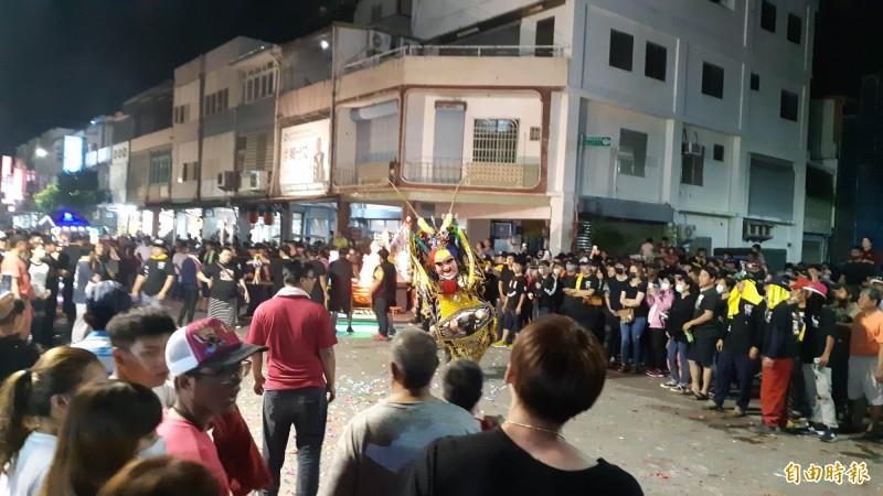 台東市漢陽北路今夜狂鬧元宵。(記者黃明堂攝)
