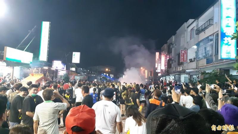 台東市漢陽北路擠滿看熱鬧的人潮。(記者黃明堂攝)