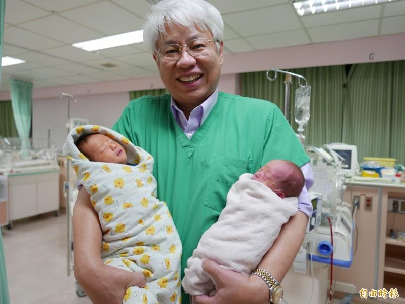 醫師黃元德接生雙胞胎兄弟,弟弟(右)胎位不正以面產式自然產生下。(記者蔡淑媛攝)