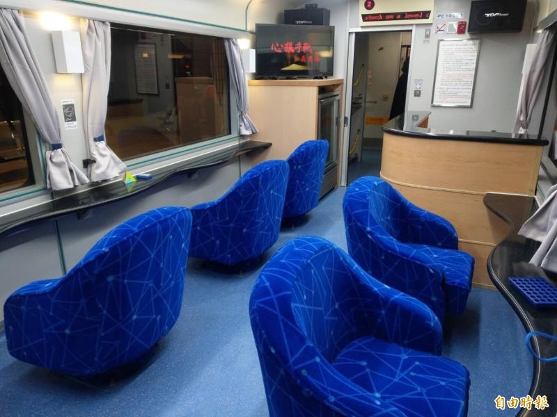 台鐵將開放商務車廂、客廳車、餐車讓民眾包車,圖為客廳車的卡拉ok包廂。(記者鄭瑋奇攝)
