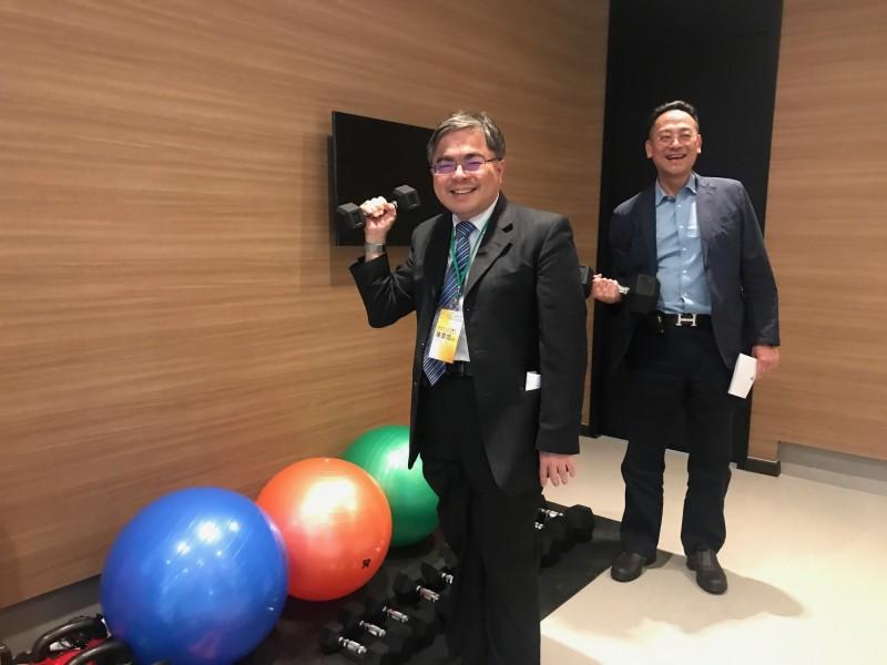 大同醫院院長陳彥旭(左)與小港醫院副院長龍震宇參觀長樂集團規劃安老居所的運動設施。(圖由高醫提供)