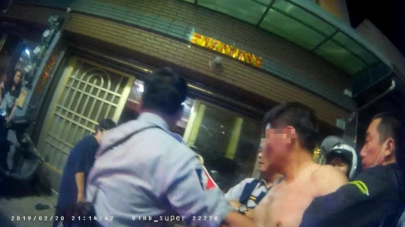 盧男(前右2)情緒激動,遭警方保護管束。(記者洪臣宏翻攝)