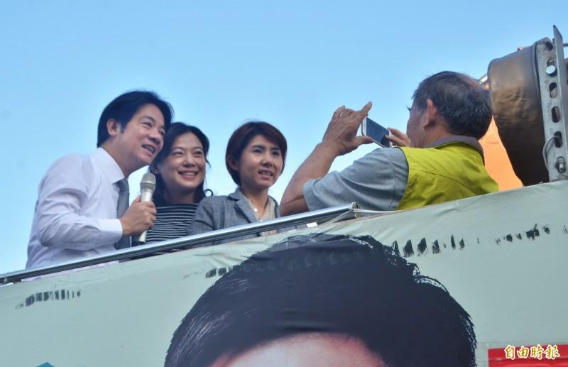 支持者與前行政院長賴清德合影。(記者吳俊鋒攝)