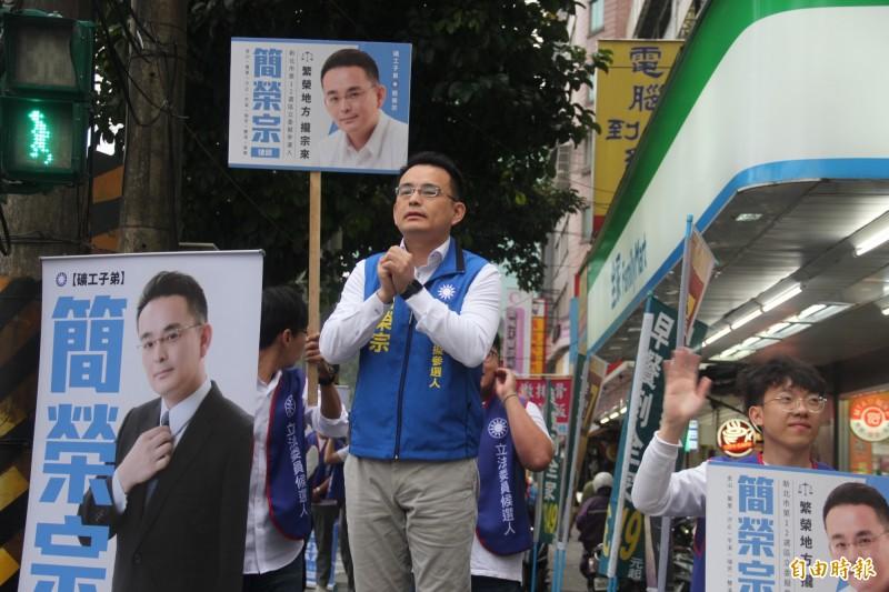 律師簡榮宗今天早上在汐止宣布參選,挑戰時代力量立委黃國昌。(記者俞肇福攝)