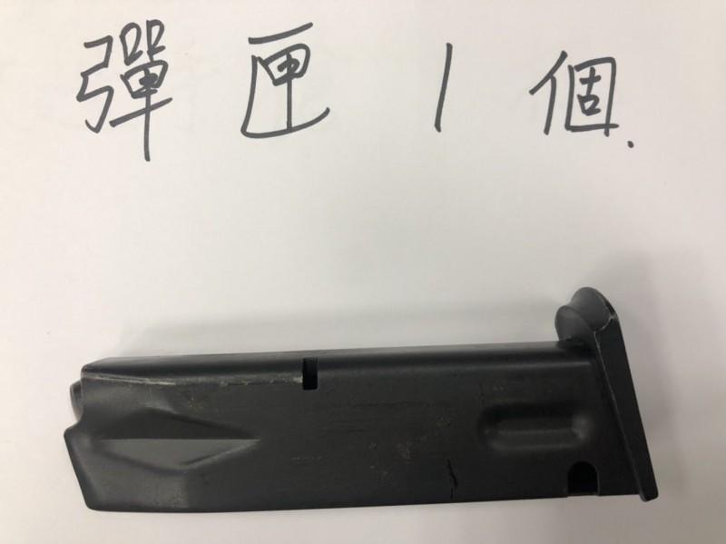 警方在吳女娘家起獲槍砲。(記者王宣晴翻攝)