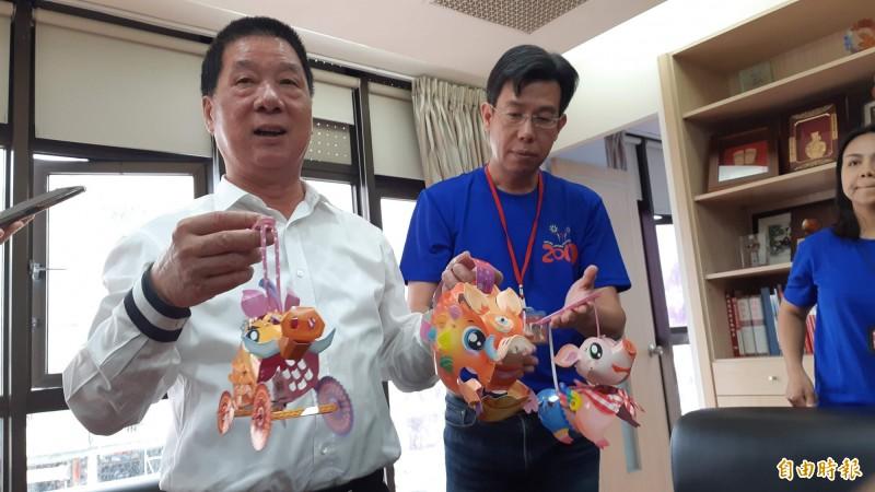 台東市公所準備3款不同的豬年造型小提燈,今晚發送,市長張國洲(左)歡迎民眾觀賞晚會。  (記者黃明堂攝)