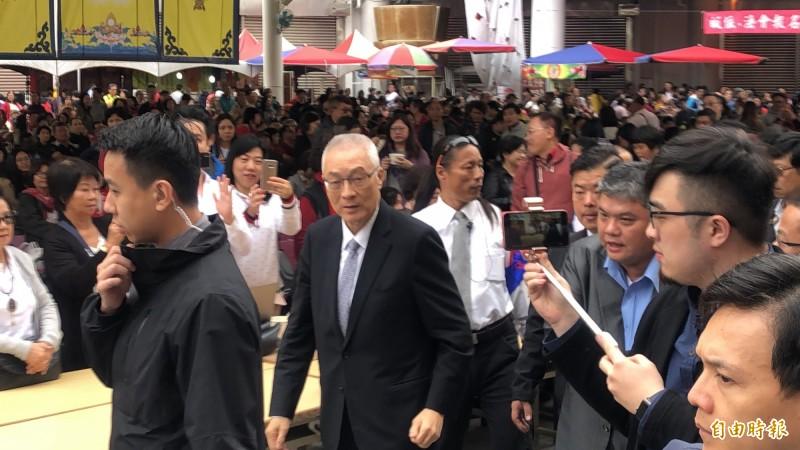 國民黨主席吳敦義(左2)今天下午到南投草屯雷藏寺參法祈福法會,外界仍關注他是否投入2020總統大選。(記者佟振國攝)