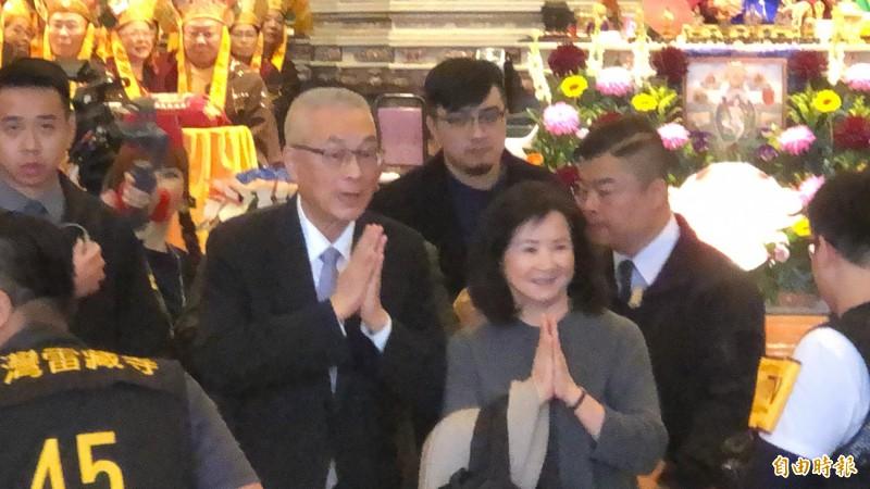 吳敦義與夫人蔡令怡出席雷藏寺祈福法會,現場有信眾高喊參選總統。(記者佟振國攝)