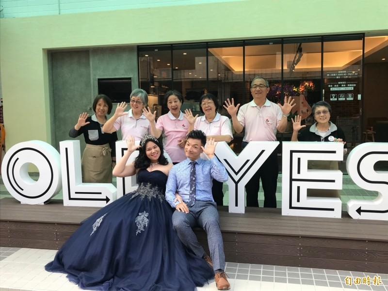社工吳珮玉在OLD YES照顧咖啡館拍婚紗,與先生白頭偕老「到老都Say Yes!」(記者蔡淑媛攝)