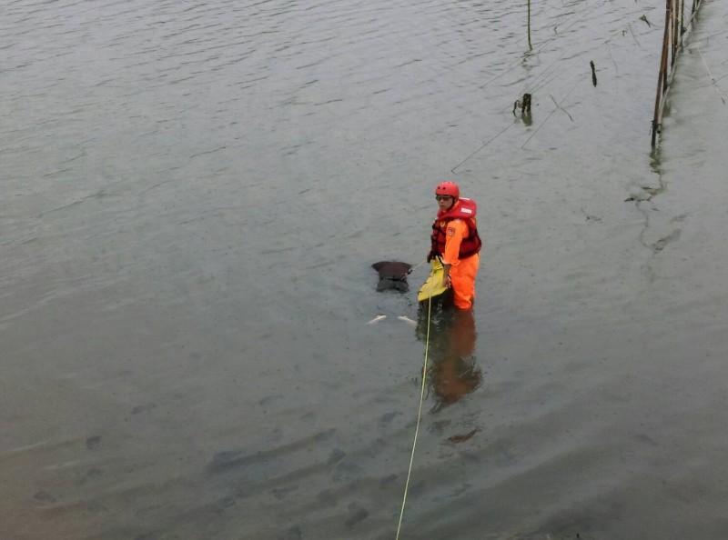 搜救人員發現蔡男遺體,趕利用繩索將其打撈上岸 。(記者歐素美翻攝)