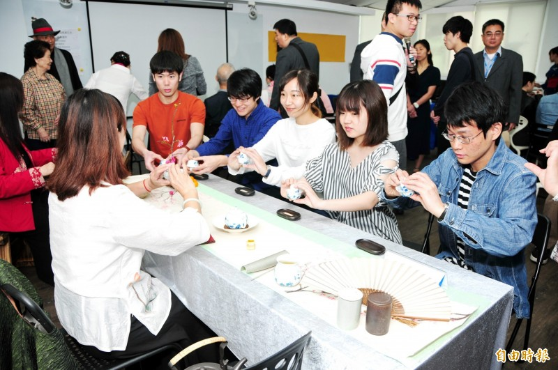 日本福岡大學學生到靜宜大學交流,體驗茶道。(記者歐素美攝)