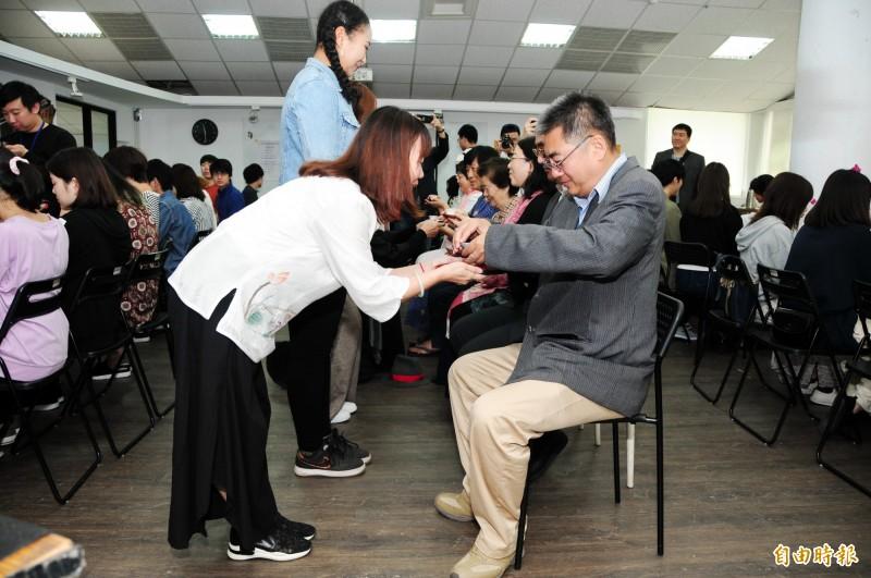 日本福岡大學學生到靜宜大學交流,體驗向師長奉茶。(記者歐素美攝)