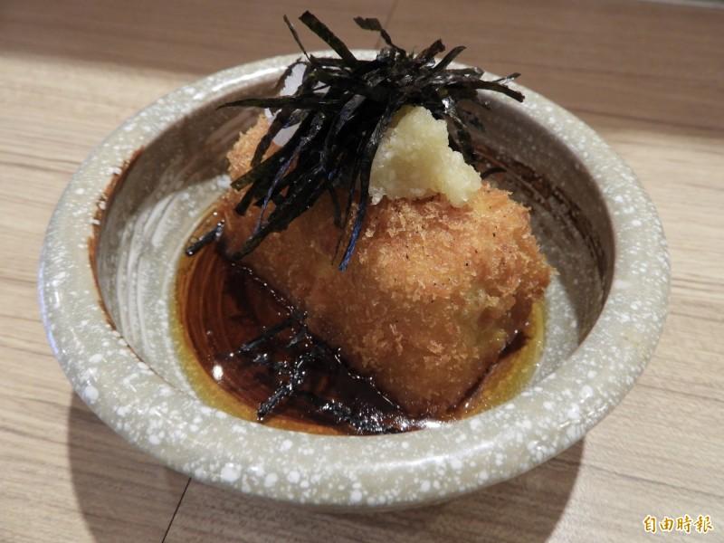 人氣最高的日式炸豆腐用雞蛋豆腐切成塊狀,裹上特製麵衣,再搭配自製醬汁,外酥內軟。(記者賴筱桐攝)