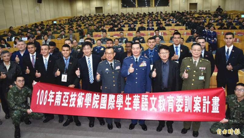 國防部副部長沈一鳴(前右3)等人出席開訓典禮鼓勵ROTC學生努力向學,把握「英國倫敦國王學院」半年短期進修機會。(記者李容萍攝)