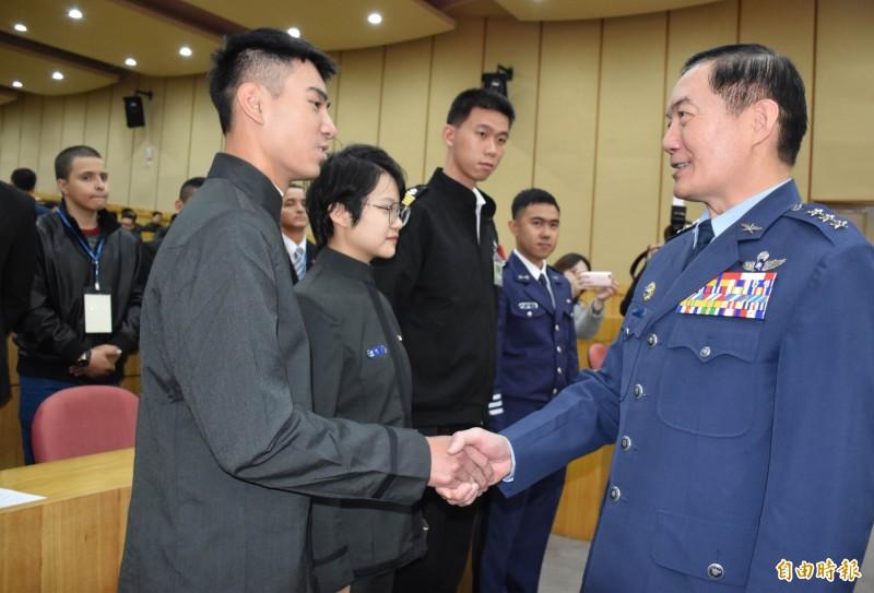 國防部副部長沈一鳴(右)出席開訓典禮鼓勵ROTC學生努力向學,把握「英國倫敦國王學院」半年短期進修機會。(記者李容萍攝)