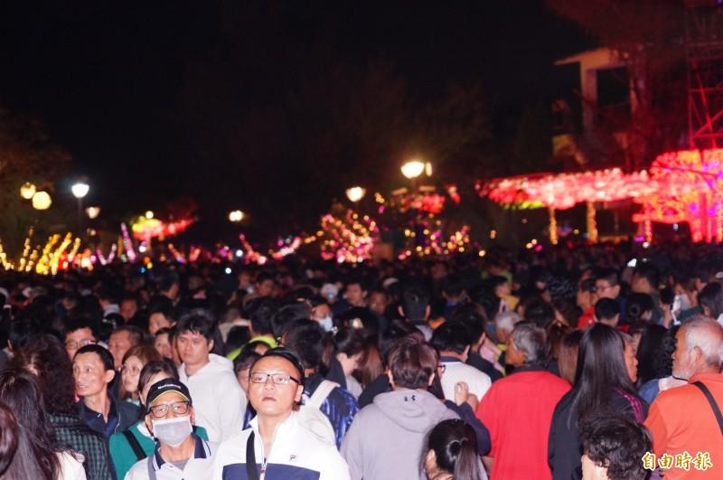 台灣燈會在屏東佳評如潮,今天人潮突破百萬次。(記者陳彥廷攝)