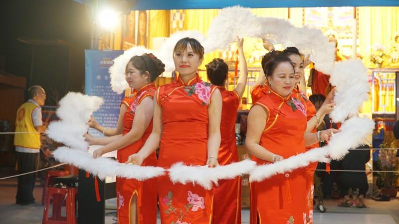 屏東「彼岸花關懷協會」表演「夜上海」舞蹈,樂藝供佛。(圖/世界佛教正心會提供)