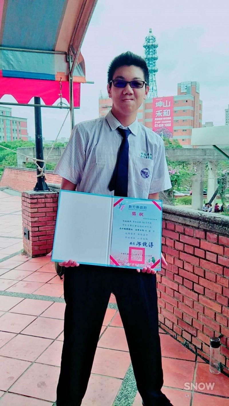 國立竹北高中學生陳易彣指揮合唱團參加107年全國學生音樂比賽北區決賽,榮獲混聲合唱高中團體組第5名。(竹北高中提供)