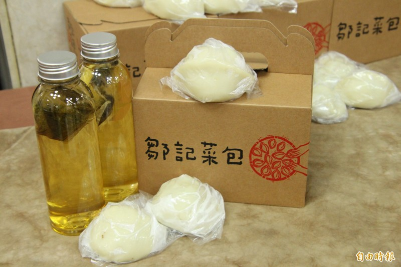 新竹縣的在地有機農產、客家菜包、東方美人茶,都是縣府力薦來客多多採買、品嚐。(記者黃美珠攝)