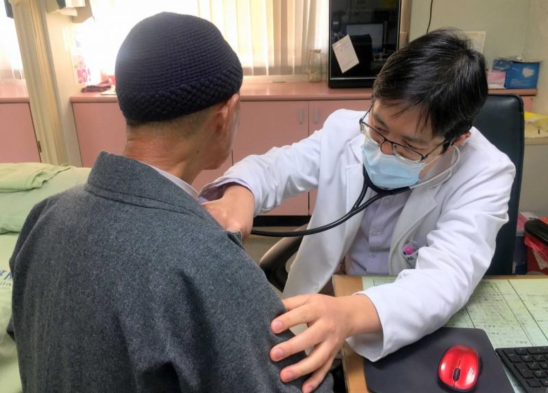 罹癌的謝姓出家師父接受衛福部南投醫院醫師診治情形。(記者謝介裕翻攝)