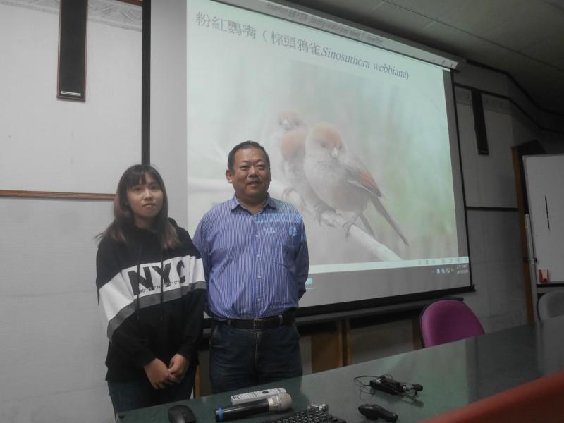 國立台灣師範大學生科學院李壽先(右)教授團隊,分析粉紅鸚嘴鳥類的遺傳突變,發現與不同海拔環境適應相關的遺傳突變,主要是由台灣與大陸族群分家前的祖先承襲而來,而非近期才產生的新突變。(台師大提供)