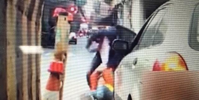 黃員被毆打在地,畫面被後方騎士拍下(翻攝自臉書社團「聯結車 大貨車 大客車 拉拉隊 運輸業 照片影片資訊分享團」)