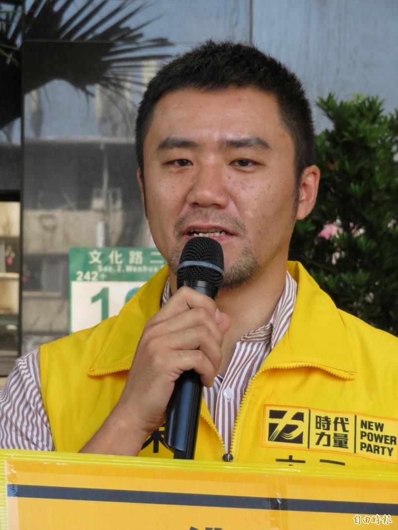 時代力量決策委員暨新北黨部副執行長陳志明痛斥政客,為了選舉資源和選票,什麼都能拋棄。(記者何玉華攝)