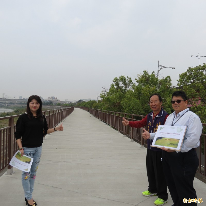 觀光局在烏日環河路堤防建置自行道,長1.2公里,市議員吳瓊華前往會勘,了解工期,預計6月完工。(記者蘇金鳳攝)