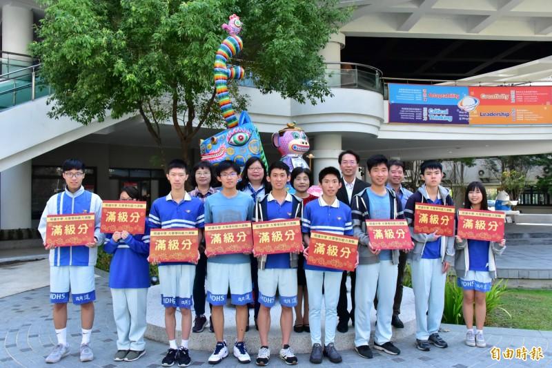 108年大學學測成績公佈,中市明道中學表現亮麗。(記者蘇金鳳攝)