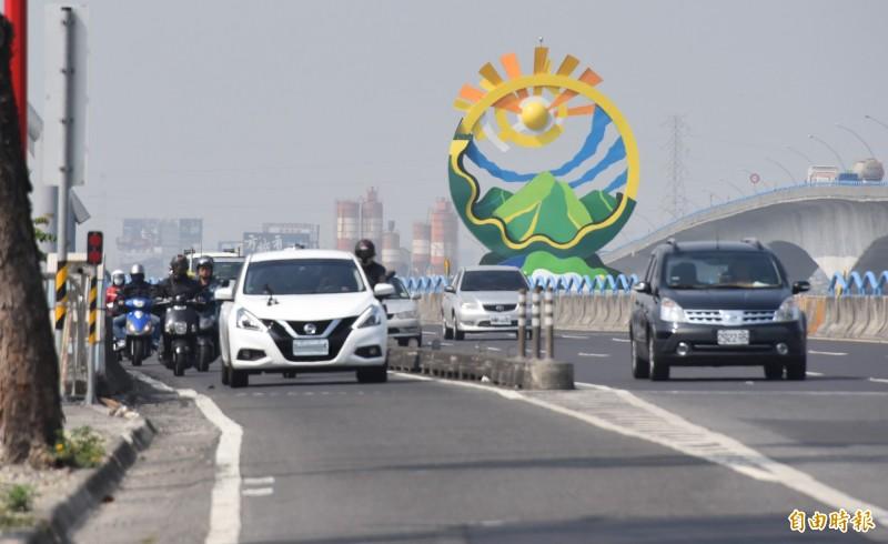三寶駕駛!白色汽車開進高屏大橋機車道造成後方機車大塞車。(記者葉永騫攝)