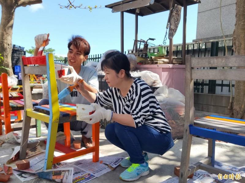 志工們利用假日到牧心智能發展中心,把候車椅彩繪的色彩繽紛。(記者王秀亭攝)