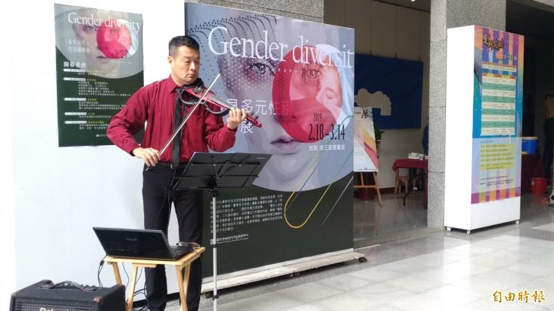 虎科大車輛工程系專任教師鐘證達現場小提琴演奏。(記者廖淑玲攝)