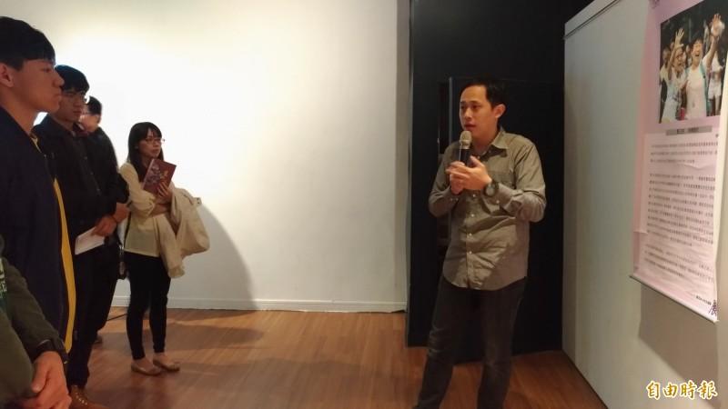 虎科大學輔中心心理師楊堯翔(右)擔任現場導覽及解說。(記者廖淑玲攝)
