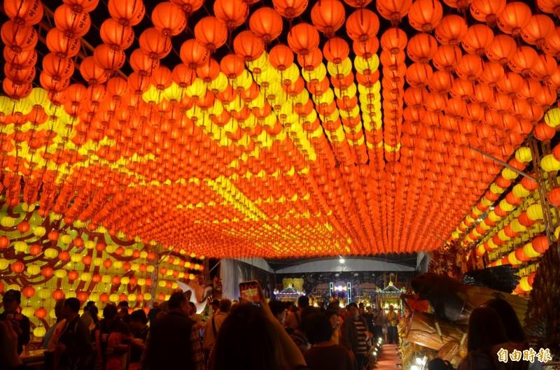 台灣燈會五光十色,長時間置身在閃亮耀眼的燈區中,小心對眼睛造成「光傷害」。(記者李立法攝)