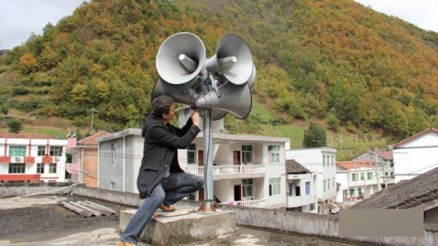 陝西省鎮坪縣工作人員正在安裝大喇叭。(取自網路)