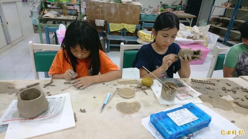 學童專心於陶藝創作。(記者翁聿煌攝)