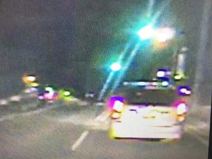 銀色自小客在重劃區內高速兜圈企圖擺脫警方。(記者許國楨翻攝)