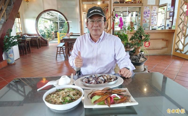七股龍門客棧老闆王文正賣家鄉海味料理。(記者楊金城攝)