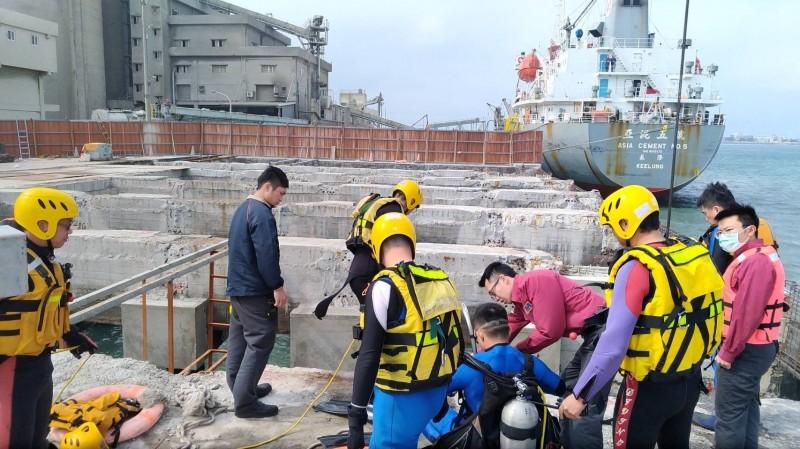 消防人員準備下水進行搜救。(記者張軒哲翻攝)
