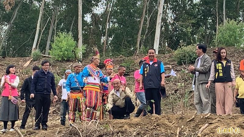 行政院長蘇貞昌在都蘭林場種樹,並表示支持在地創生。(記者張存薇攝)