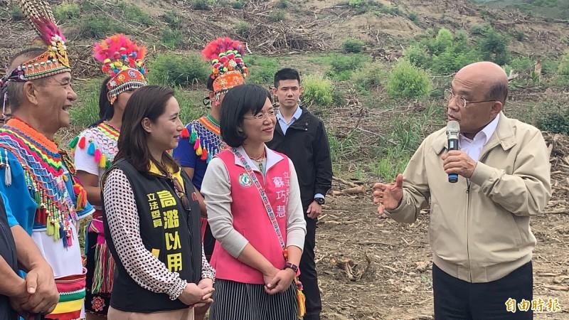 行政院長蘇貞昌(右)訪視都蘭部落。(記者張存薇攝)