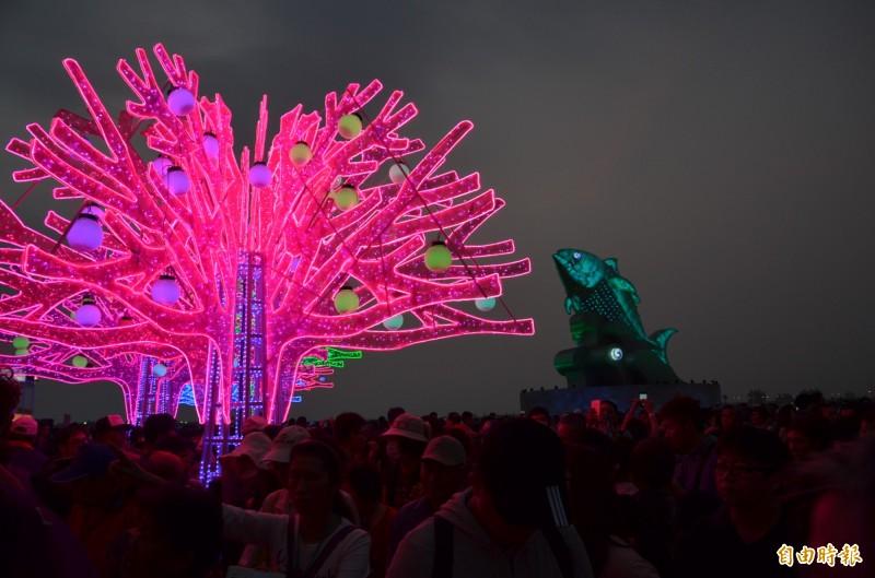 台灣燈會人潮爆棚,熱心民眾整理出面對228連假百萬人潮賞燈攻略po網。(記者李立法攝)
