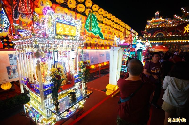 東港七角頭神轎,還有東隆宮特別的「祭改」儀式,進駐台灣燈會宗教燈區。(記者陳彥廷攝)