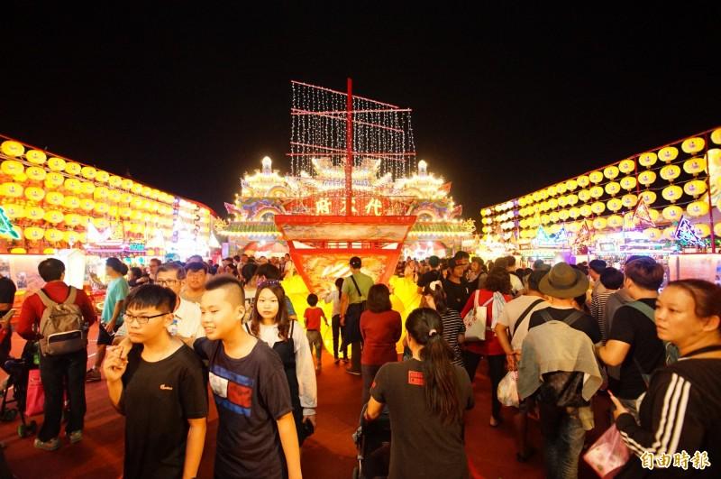 東港七角頭神轎進駐台灣燈會宗教燈區,引來爆棚人潮。(記者陳彥廷攝)