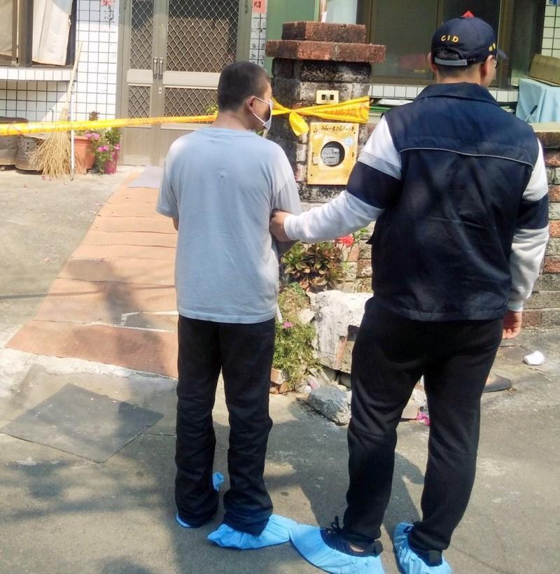 侯男(左)涉嫌殺害友人,南投地方法院裁定羈押。(記者謝介裕翻攝)