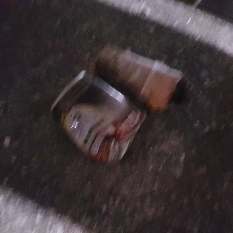 目擊者報案指稱咖啡罐是炸彈,不過警員一撿到就稱是鞭炮,隨後丟掉,讓鑑識人員無法追查。(記者王捷翻攝)