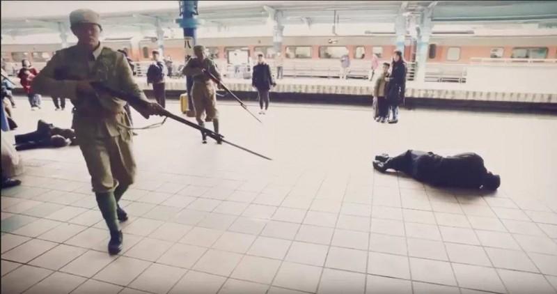 由馬克吐溫國際影像公司拍攝的《少了一個之後-二二八‧微光》的行動劇,圖為影片中國軍持槍射殺台鐵人員的殘忍畫面。(圖為馬克吐溫國際影像公司提供)