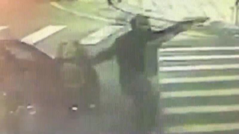 路口監視器拍下陳嫌開槍示威。(記者徐聖倫翻攝)