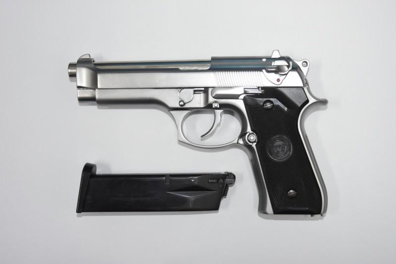 警方逮到陳嫌並搜出作案用瓦斯手槍。(記者徐聖倫翻攝)